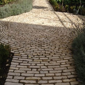 Decorative-cobbled-path-using-reclaimed-setts-(1)
