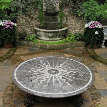Outdoor-dining-table-in-contrasting-Italian-Limstones