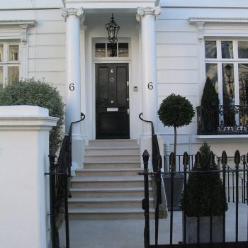 Stone-entrance-steps-and-paving-in-Portland-Stone-Kensington