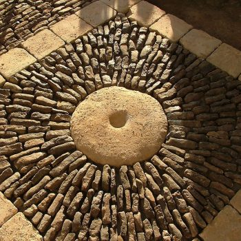 Decorative-paving-using-a-mix-of-reclaimed-paving,-cobbles-and-setts-(2)
