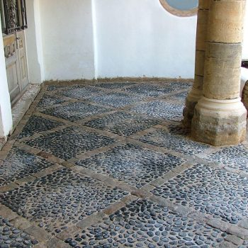 Decorative-paving-using-a-mix-of-reclaimed-paving,-cobbles-and-setts-(4)
