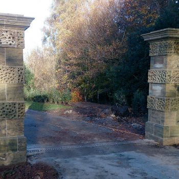 Vermiculated-gate-piers-in-Fittleworth-Stone